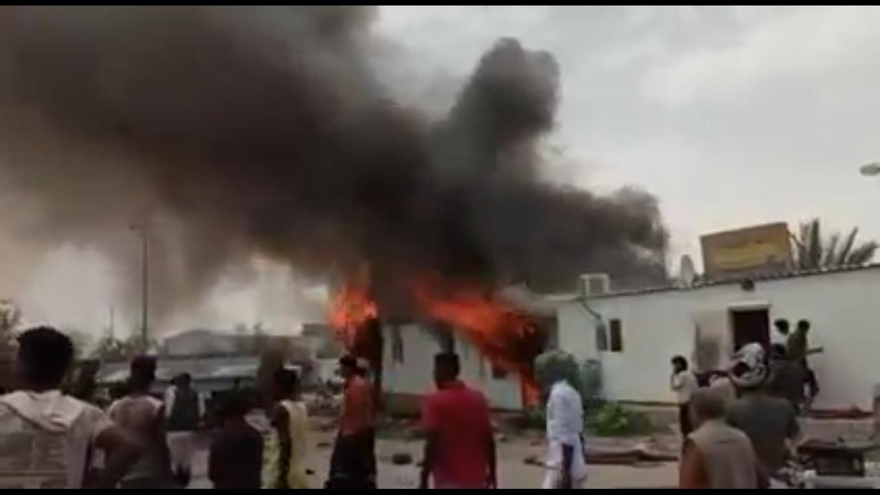 بالفيديو … إندلاع حريق هائل في مكاتب التخليص الجمركي بمنفذ شحن البري