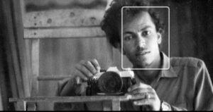 شاهد أول مصور يمني يلتقط سلفي لنفسه مع حبيبته (صورة)