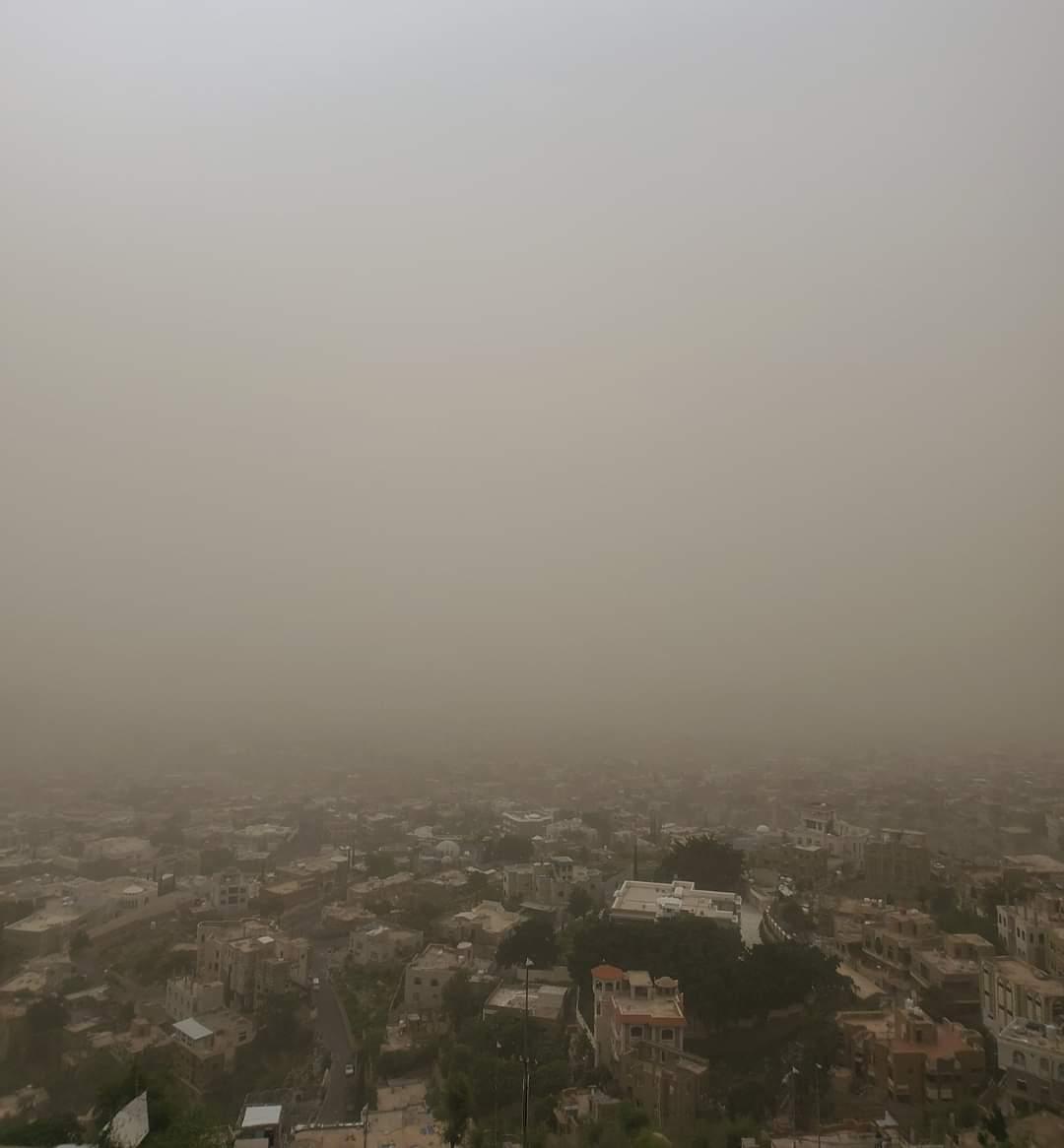 موجة غبار كثيفة تجتاح مدينة تعز وخبير طقس يمني يزف بشرى سارة ستحدث خلال الأيام القادمة
