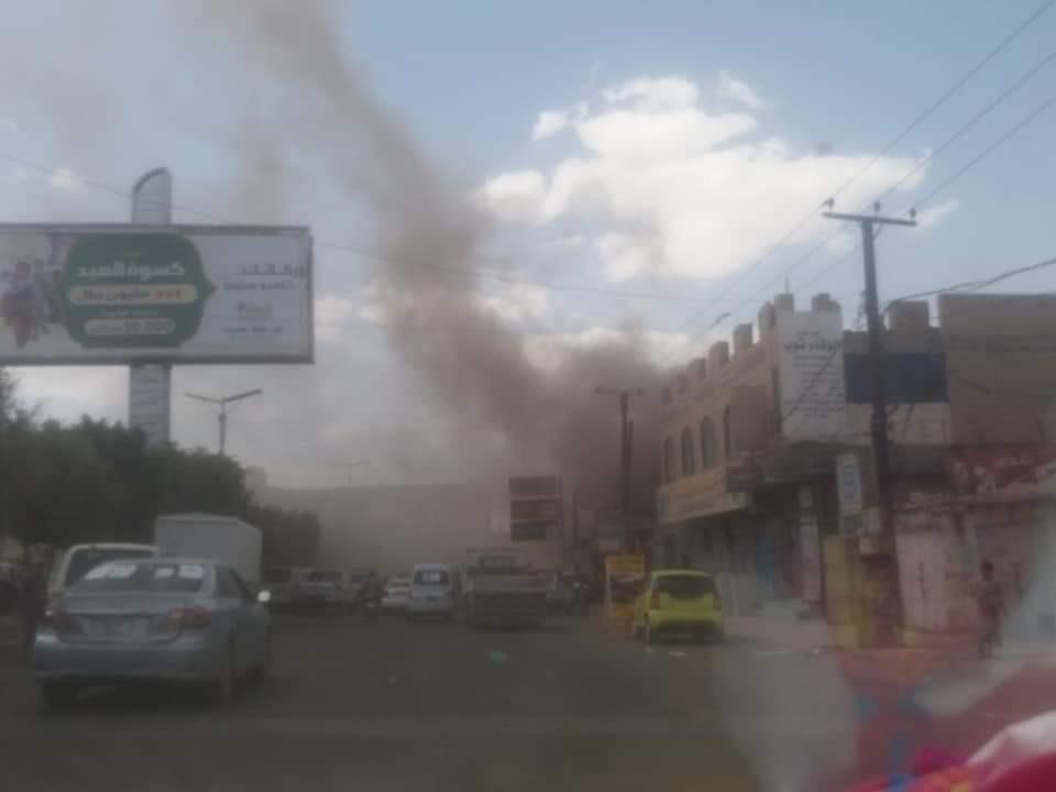 """اندلاع حريق هائل وسط العاصمة صنعاء وسيارات الدفاع المدني تهرع إلى المكان """"صور"""""""