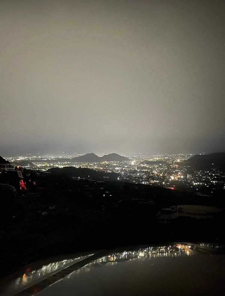 شاهد : صورة ليلية في غاية الجمال للعاصمة صنعاء بعد هطول الأمطار